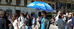 free-tour-blue-umbrela-plaza-de-la-constitucion